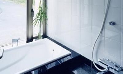 モノトーンの浴室|『I-house』〜垂直・水平のラインの美しさを表現した住まい〜
