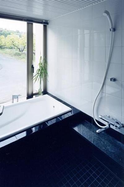 モノトーンの浴室 (『I-house』〜垂直・水平のラインの美しさを表現した住まい〜)