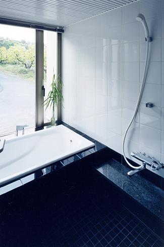 『I-house』〜垂直・水平のラインの美しさを表現した住まい〜の部屋 モノトーンの浴室
