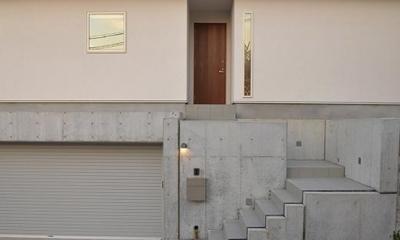 傾斜地に建つ家-外観 『垂水の平屋』〜中庭のあるシンプル&ナチュラルな住まい〜