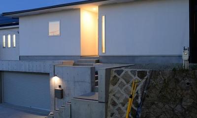 傾斜地に建つ家-夜景1|『垂水の平屋』〜中庭のあるシンプル&ナチュラルな住まい〜