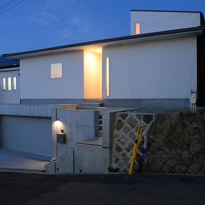 傾斜地に建つ家-夜景1 (『垂水の平屋』〜中庭のあるシンプル&ナチュラルな住まい〜)