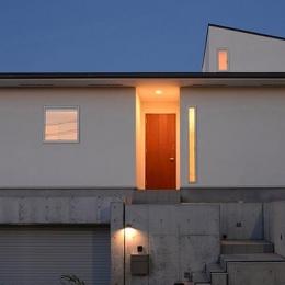 『垂水の平屋』〜中庭のあるシンプル&ナチュラルな住まい〜 (傾斜地に建つ家-夜景2)