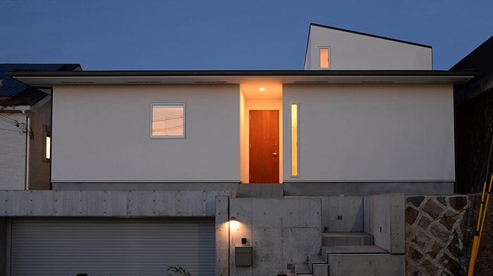 『垂水の平屋』〜中庭のあるシンプル&ナチュラルな住まい〜の部屋 傾斜地に建つ家-夜景2