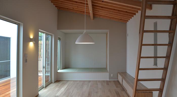 『垂水の平屋』〜中庭のあるシンプル&ナチュラルな住まい〜の部屋 畳スペースのあるリビング