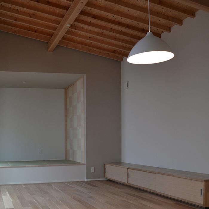 『垂水の平屋』〜中庭のあるシンプル&ナチュラルな住まい〜の部屋 襖絵が印象的な畳スペース
