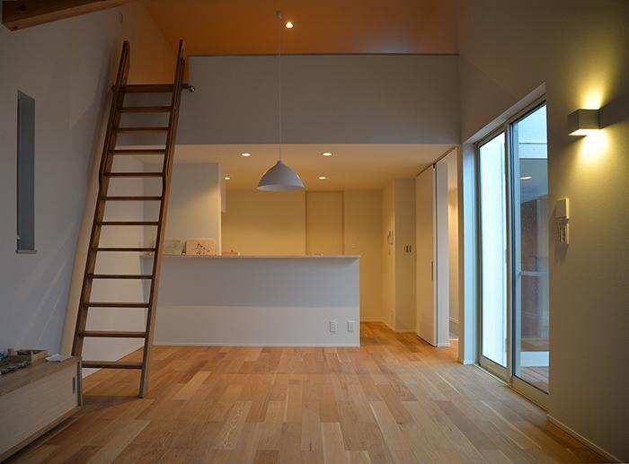 『垂水の平屋』〜中庭のあるシンプル&ナチュラルな住まい〜の部屋 ロフトのあるリビングダイニング