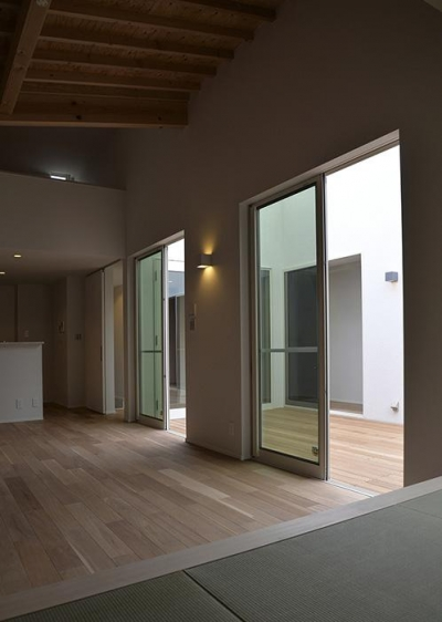 『垂水の平屋』〜中庭のあるシンプル&ナチュラルな住まい〜 (畳スペースより中庭を見る)