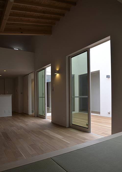 『垂水の平屋』〜中庭のあるシンプル&ナチュラルな住まい〜の部屋 畳スペースより中庭を見る