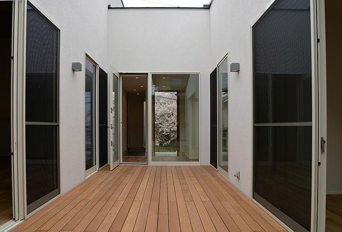 『垂水の平屋』〜中庭のあるシンプル&ナチュラルな住まい〜の部屋 開放的な中庭
