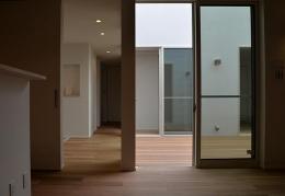 『垂水の平屋』〜中庭のあるシンプル&ナチュラルな住まい〜 (中庭・廊下)