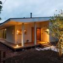 大きな一枚屋根の家-夕景1