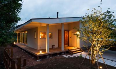 大きな一枚屋根の家-夕景1|大きな一枚屋根の下で  −保田のN-House