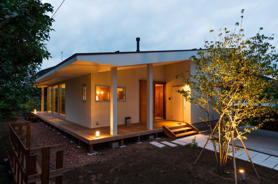 大きな一枚屋根の下で  −保田のN-Houseの部屋 大きな一枚屋根の家-夕景1