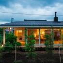 大きな一枚屋根の家-夕景2
