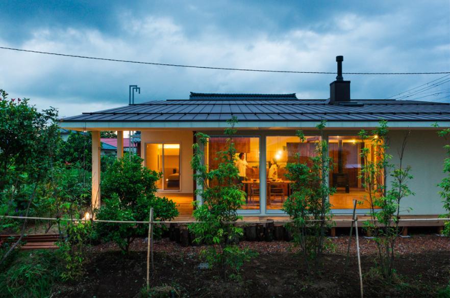 大きな一枚屋根の下で  −保田のN-Houseの部屋 大きな一枚屋根の家-夕景2