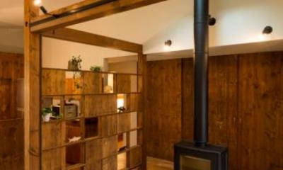 薪ストーブのある玄関土間|大きな一枚屋根の下で  −保田のN-House
