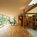 大きな一枚屋根の下で  −保田のN-Houseの写真 光が差し込む大空間LDK