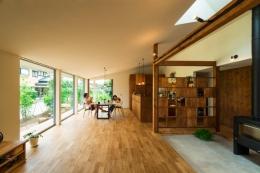 大きな一枚屋根の下で  −保田のN-House (光が差し込む大空間LDK)