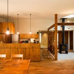 大きな一枚屋根の下で  −保田のN-House (温かなダイニングキッチン)