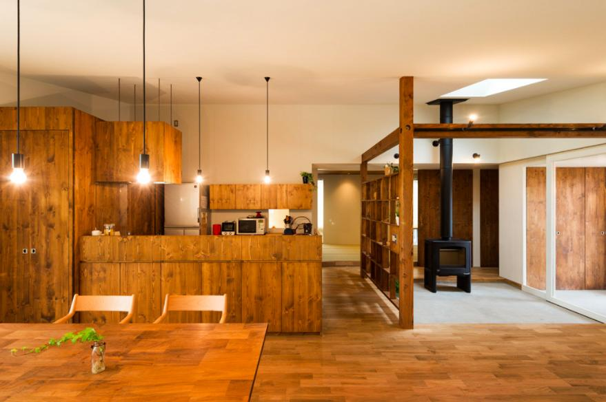 大きな一枚屋根の下で  −保田のN-Houseの部屋 温かなダイニングキッチン