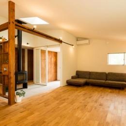 大きな一枚屋根の下で  −保田のN-House-柔らかな光が差し込むリビング