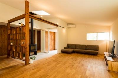 大きな一枚屋根の下で  −保田のN-House (柔らかな光が差し込むリビング)