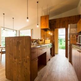大きな一枚屋根の下で  −保田のN-House-テラスを見通せるウッディキッチン