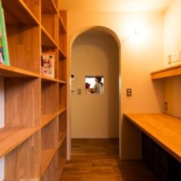 大きな一枚屋根の下で  −保田のN-House-壁一面本棚の書斎