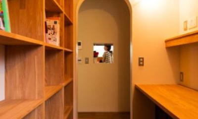 大きな一枚屋根の下で  −保田のN-House (壁一面本棚の書斎)