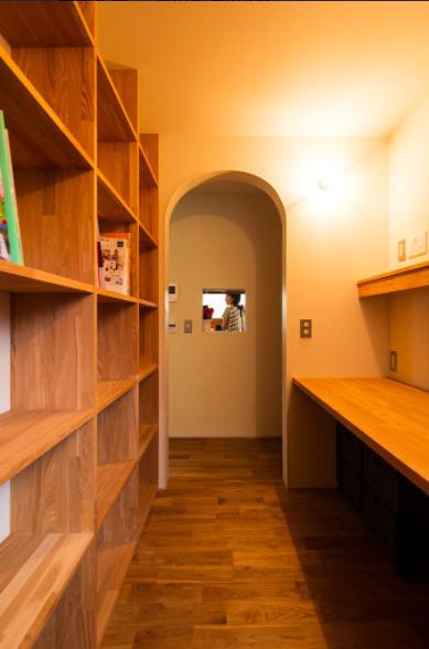 大きな一枚屋根の下で  −保田のN-Houseの部屋 壁一面本棚の書斎