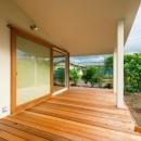 大きな一枚屋根の下で  −保田のN-Houseの写真 開放的なテラス