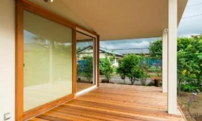 開放的なテラス|大きな一枚屋根の下で  −保田のN-House
