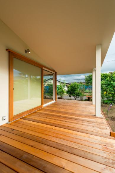 大きな一枚屋根の下で  −保田のN-Houseの部屋 開放的なテラス