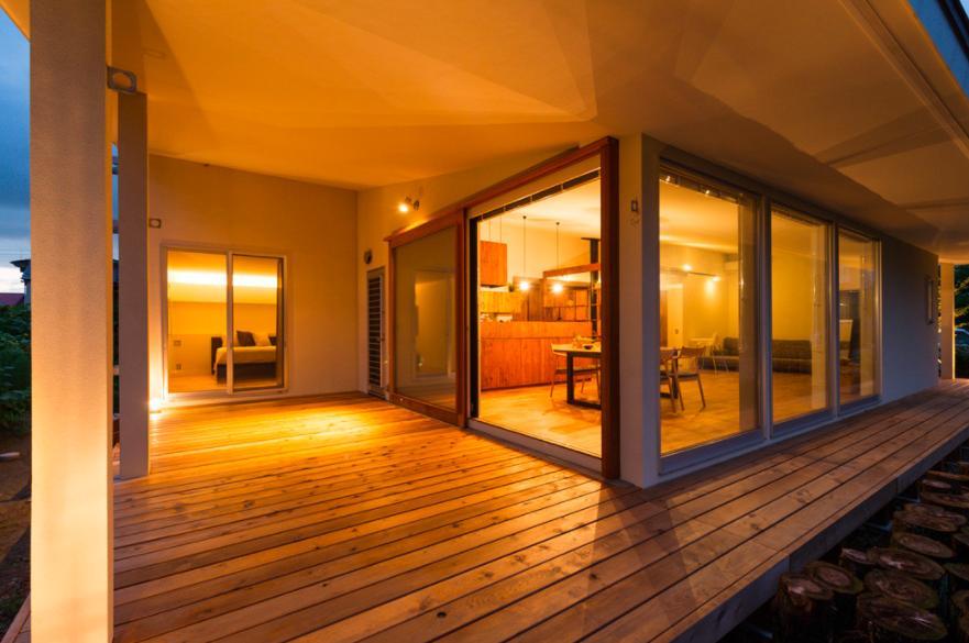 大きな一枚屋根の下で  −保田のN-Houseの部屋 寛ぎ空間のテラス