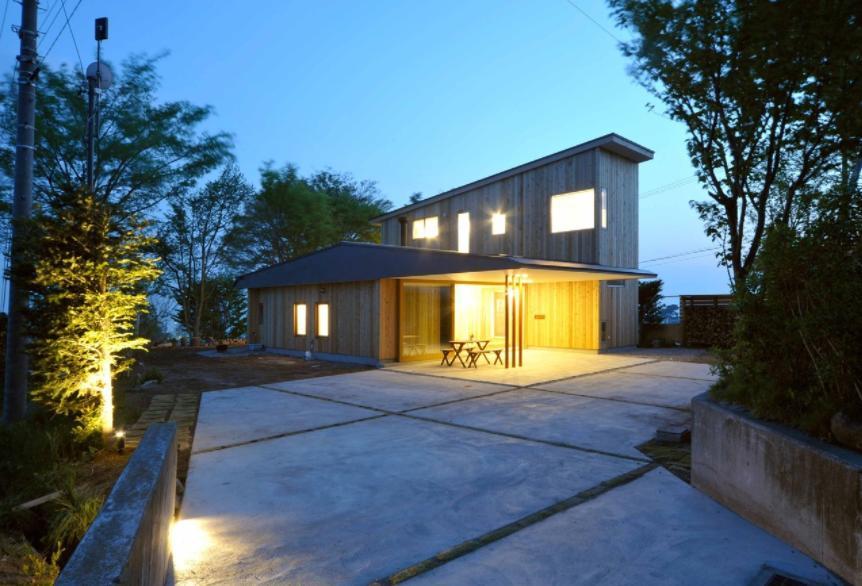 風景に住む  −小諸のK-Houseの写真 ウッディな外観-夕景