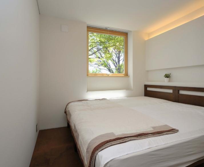 風景に住む  −小諸のK-Houseの部屋 シンプルなベッドルーム
