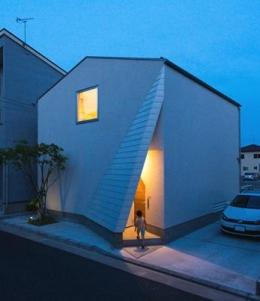 南笹口の家 〜斜め壁のある家〜 (外観夜景)