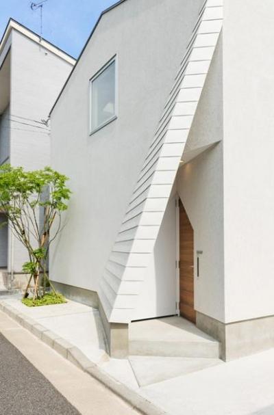 斜め壁をくぐる玄関アプローチ (南笹口の家 〜斜め壁のある家〜)