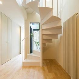 南笹口の家 〜斜め壁のある家〜 (玄関ホール・螺旋階段)