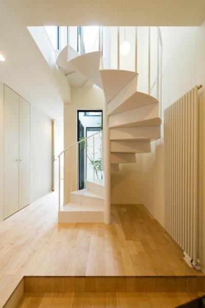 玄関ホール・螺旋階段 (南笹口の家 〜斜め壁のある家〜)