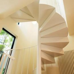 南笹口の家 〜斜め壁のある家〜 (螺旋階段を見上げる)