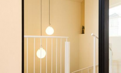 リビング入口より螺旋階段をのぞく|南笹口の家 〜斜め壁のある家〜