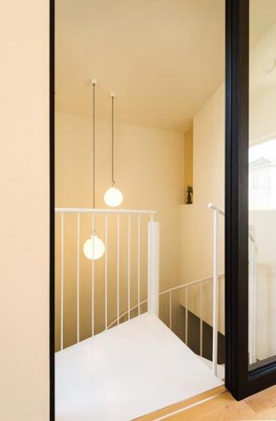 南笹口の家 〜斜め壁のある家〜 (リビング入口より螺旋階段をのぞく)