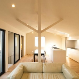 抽象柱を据えるLDK-1 (南笹口の家 〜斜め壁のある家〜)