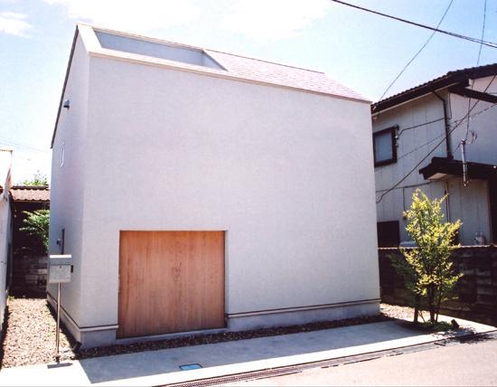J R A 弁天橋通 house 〜愛車をオブジェにする家〜の部屋 木製建具と外観。建具の向こうにガレージが配置されます。