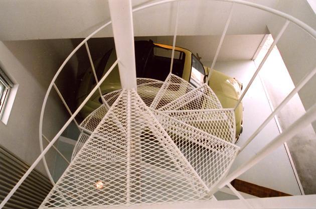 J R A 弁天橋通 house 〜愛車をオブジェにする家〜の部屋 エキスパンドメタルの螺旋階段