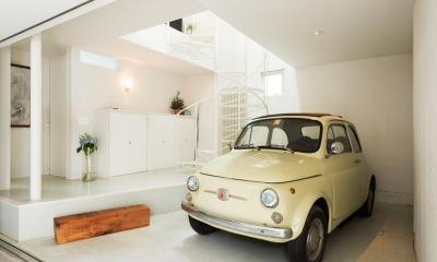 ルパン・ハウス 〜愛車をオブジェにする家〜 (ギャラリーから階段上部の居間へ続く)