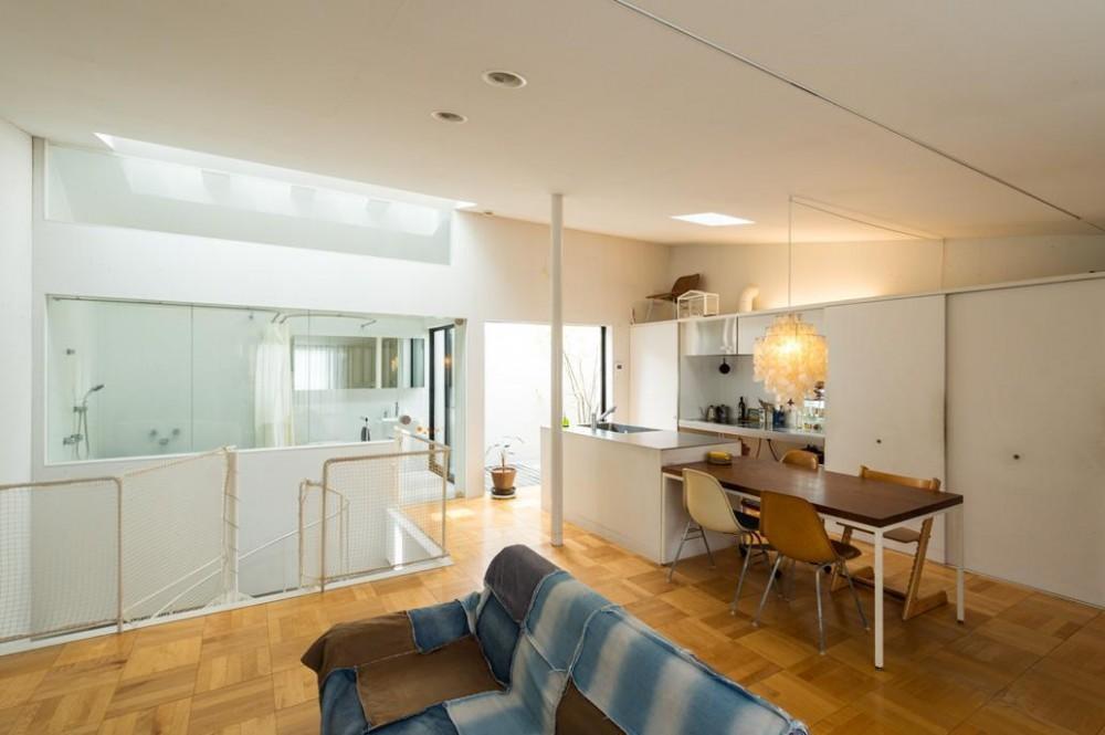 ルパン・ハウス 〜愛車をオブジェにする家〜 (オレンジ色のフィルムを天窓に貼っています。)