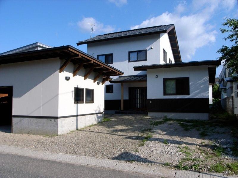 『横手の家』〜自然素材たっぷりの和風住宅〜の写真 白い和風住宅-北側外観
